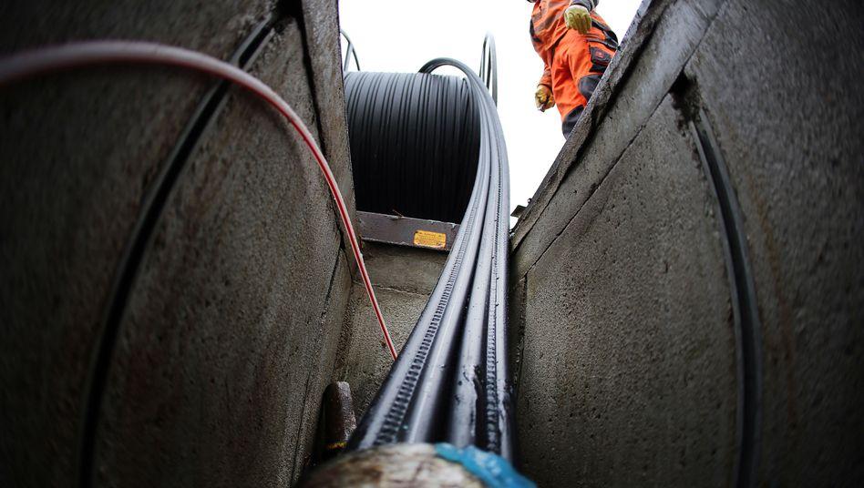 In vielen Gegenden noch ein seltenes Bild: Ein Arbeiter beim Verlegen von Glasfaserkabeln für schnelles Internet
