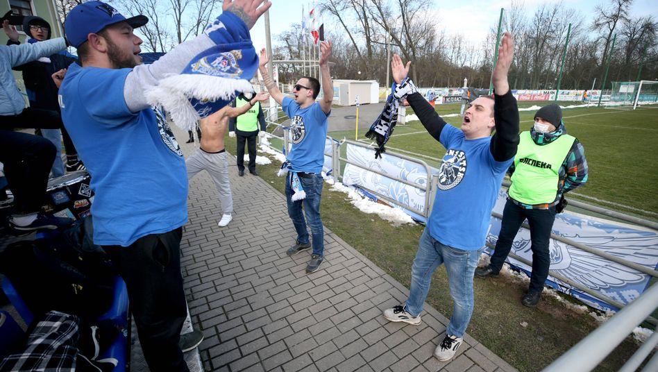 Fans vom FC Sluzk im Stadion der Stadt: Die weißrussische Liga ist die letzte, die vor Zuschauern spielt