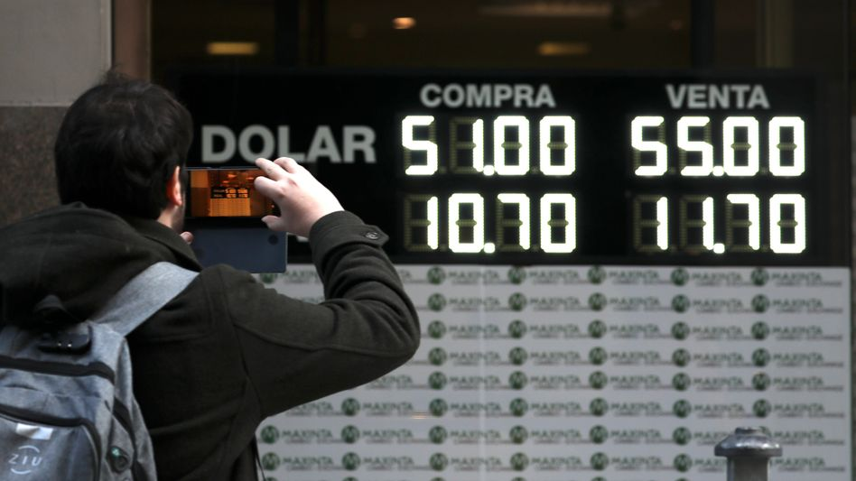 Kursanzeige vor einer Wechselstube in Buenos Aires: Dollars so teuer wie nie zuvor