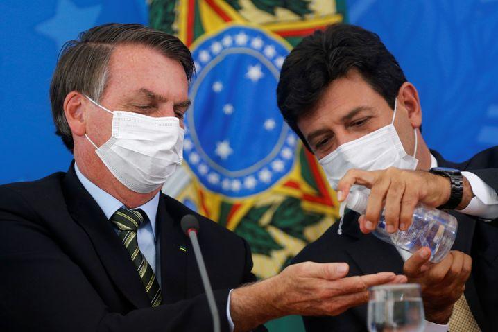 Erst tat er die Coronavirus-Pandemie als Hysterie ab, nun scheint Jair Bolsonaro (links) sie ernster zu nehmen