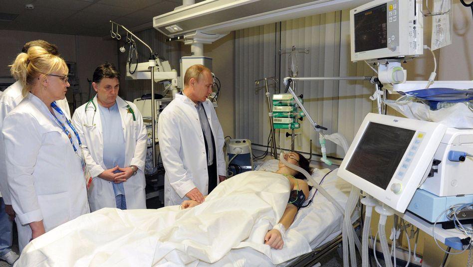 Präsident Putin (M.): Besuch bei Komissarowa