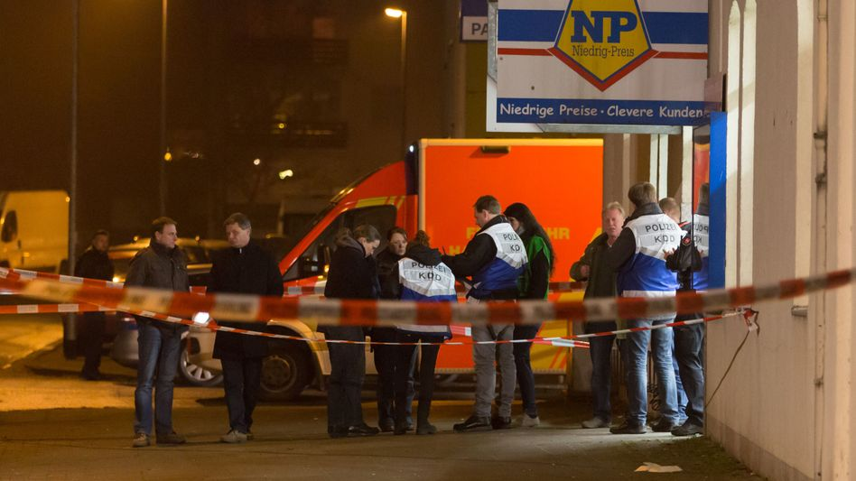 Polizisten am Tatort in Hannover (Dezember 2014): Hier starb Joey K.