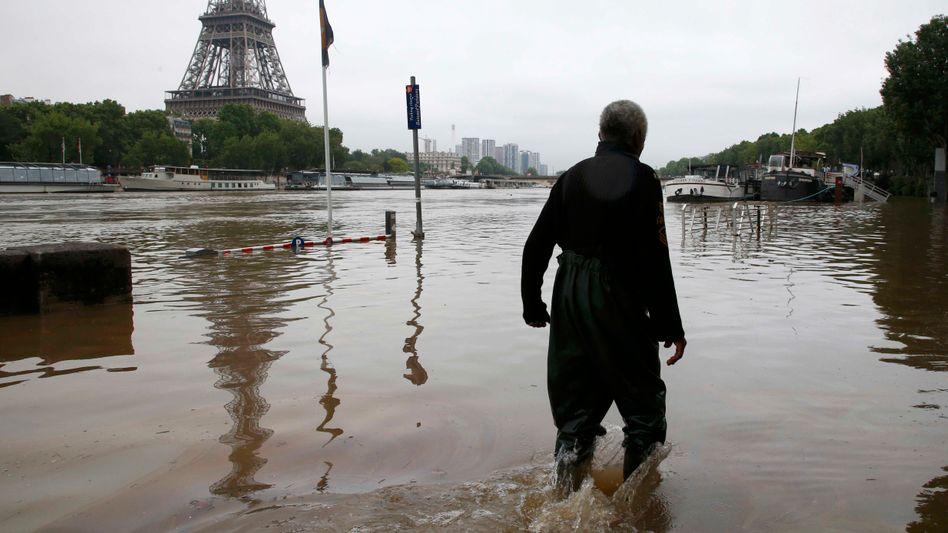 Überschwemmungen am Eiffelturm