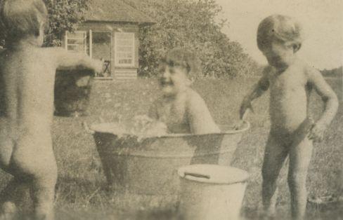"""Badespaß trotz Lebensbedrohung: Die Brilleslijper-Kinder 1943 im Garten des """"Hohen Nests"""""""