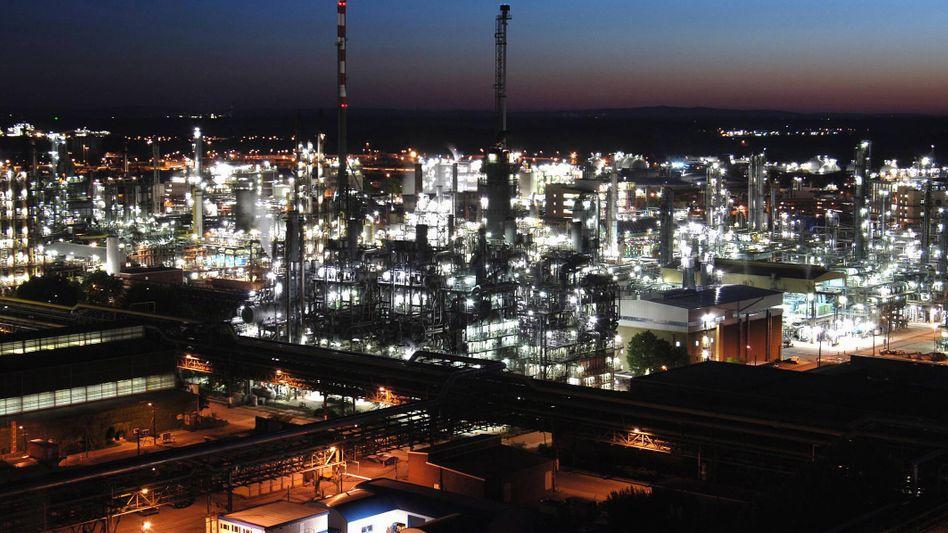 Stammwerk des Chemiekonzerns BASF in Ludwigshafen: Gift im Fluss