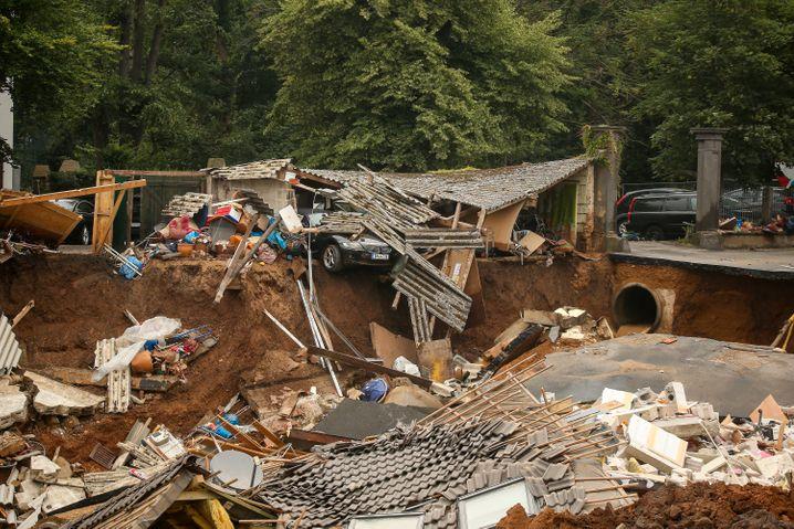 In Blessem, einem Ortsteil von Erftstadt in Nordrhein-Westfalen, liegen Trümmer eingestürzter Häuser
