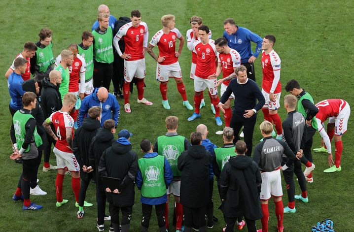 Mit einem Teamkreis geht Dänemark in die Fortsetzung des Spiels