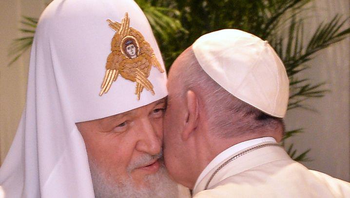 Historisches Treffen: Rom-Papst küsst Moskau-Patriarchen