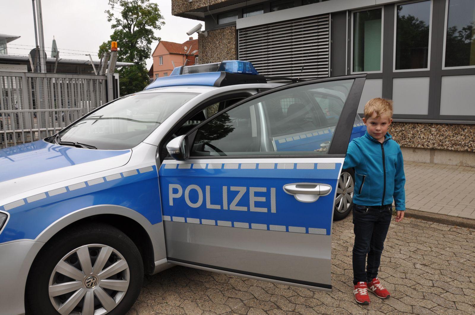 EINMALIGE VERWENDUNG Polizeiinspektion Celle/ Junge