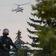Lukaschenko tritt demonstrativ mit Gewehr auf