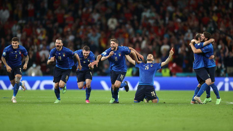 Die italienischen Spieler bejubeln den Sieg im Elfmeterschießen