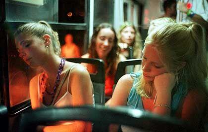 Geschafft: Nach der Sause pennen Kristin und Lena, beide 21, völlig erschöpft im Bus ein.