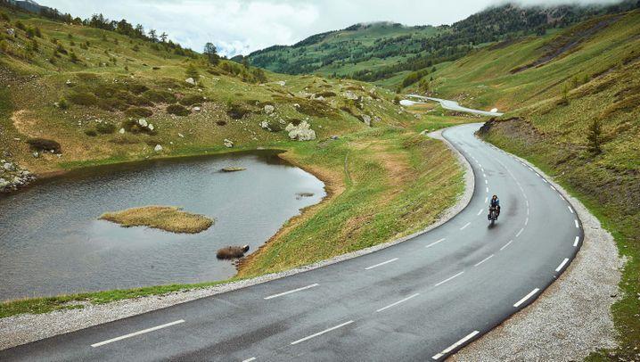 Auf Fahrrädern und Skiern: Ohne Motor über die Alpen