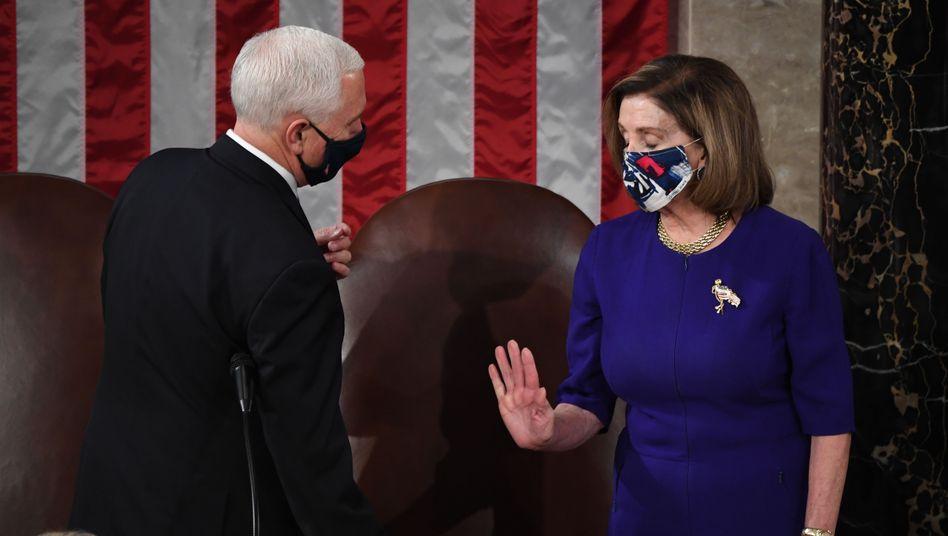 Mike Pence und Nancy Pelosi vor der Stürmung des Kapitols bei der Sitzung zur Bestätigung des Wahlergebnisses