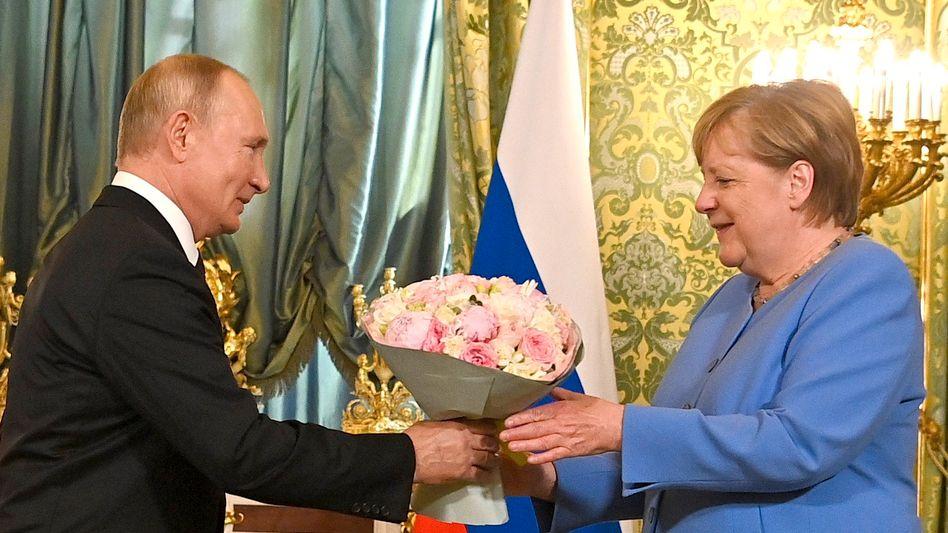 Von Wladimir Putin gab es Blumen für Kanzlerin Angela Merkel
