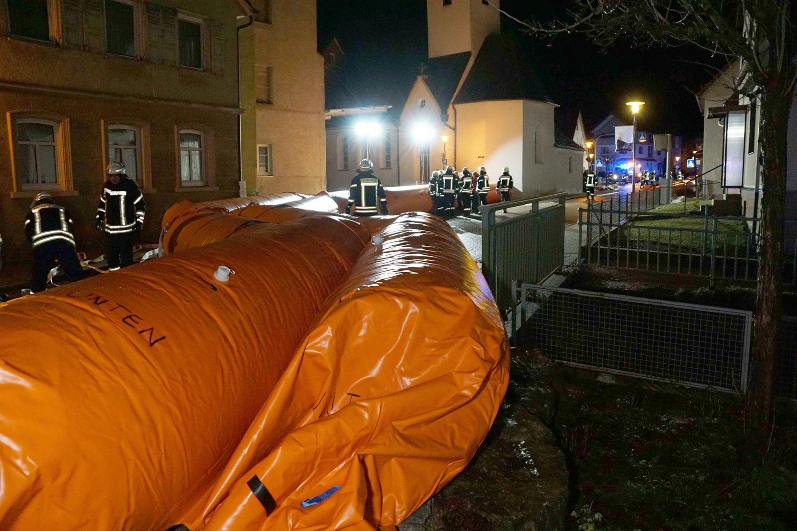 Feuerwehr baut mobilen Hochwasserschutz auf
