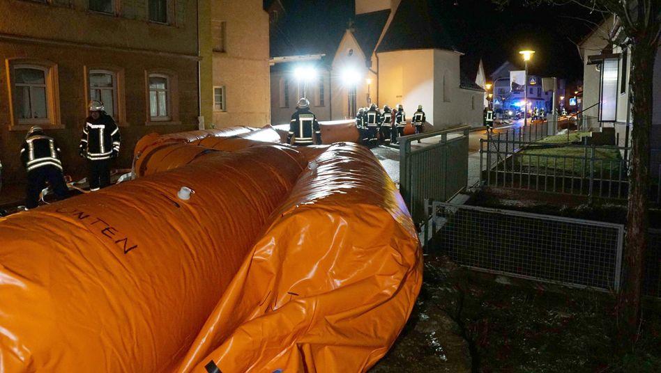 Bad Überkingen in Baden-Württemberg: Die Feuerwehr baut den mobilen Hochwasserschutz auf