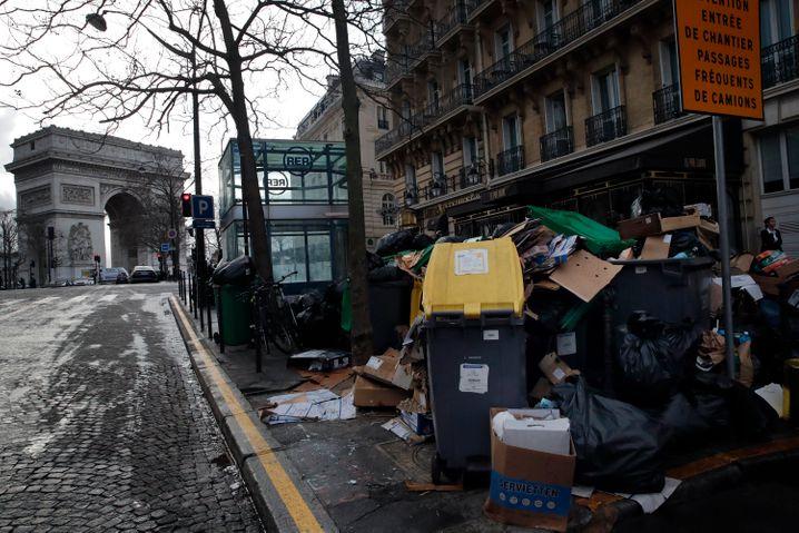 Müllberge nahe des Triumphbogens in Paris