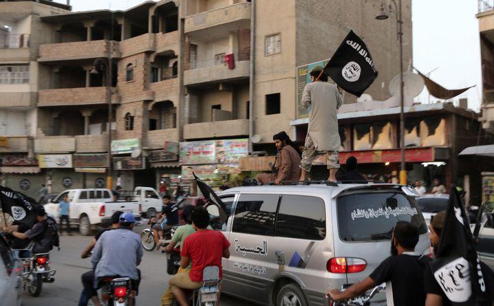 """Anhänger des """"Islamischen Staats"""" (Archivbild)"""