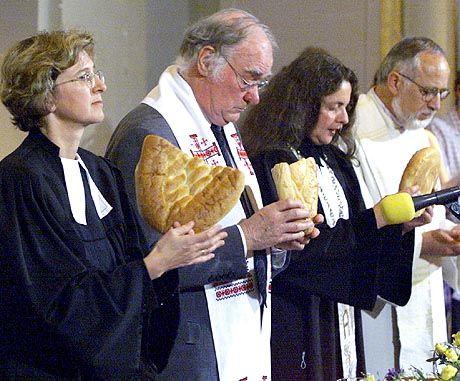 Geistliche Plagen: Weniger Mitglieder, sinkende Kirchensteuer