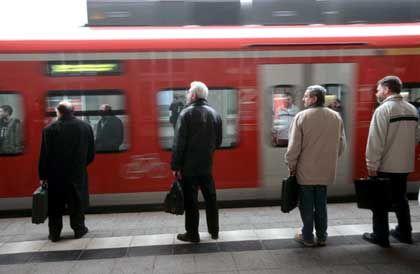 """Berufspendler am Bahnsteig: """"Kosten der Berufswege unvermeidlich"""""""