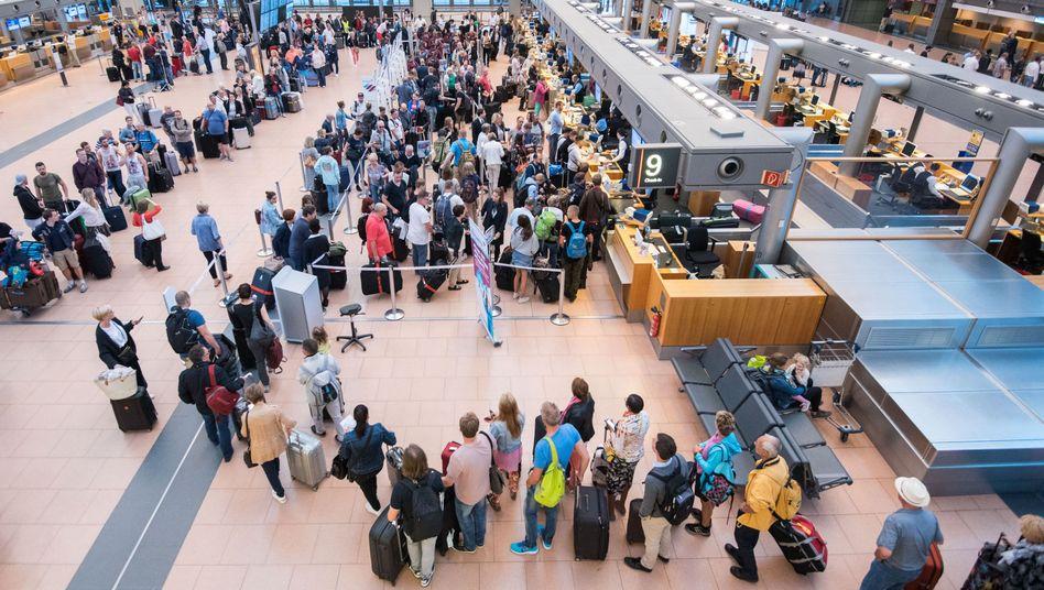 Passagiere am Hamburger Flughafen