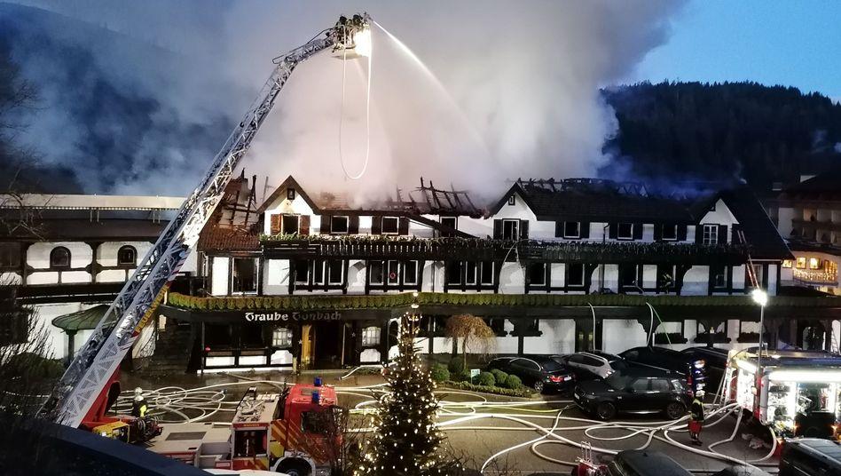 Großeinsatz im Schwarzwald: Einsatzkräfte löschen den Brand in Baiersbronn