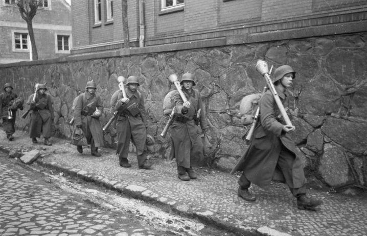 Kindersoldaten in zu großen Mänteln mit Panzerfäusten (in Lauban, 30. März 1945): Hitlers letztes Aufgebot
