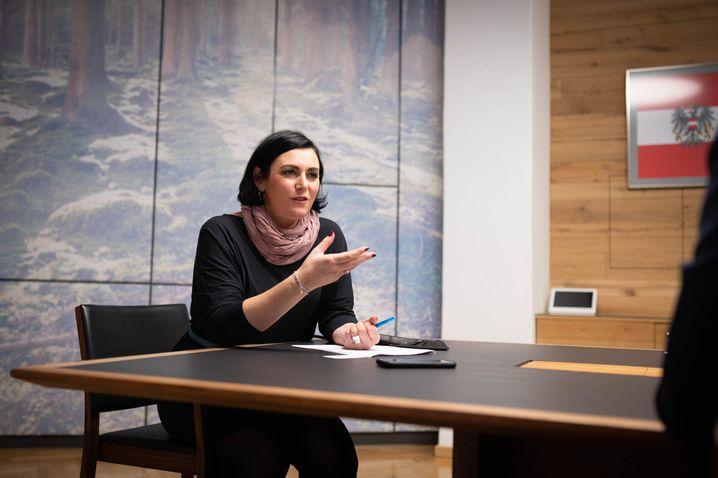 Ministerin Köstinger beim SPIEGEL-Interview in Wien: »Ich glaube, dass wir einen anderen Umgang mit der Pandemie brauchen«