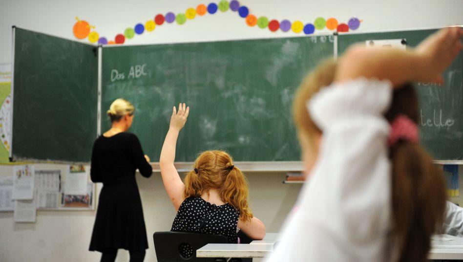 Lehrerin im Unterricht (Symbolbild)