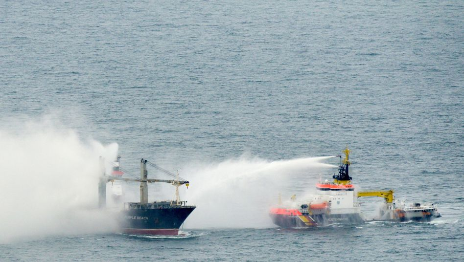 """Brennender Frachter """"Purple Beach"""": Notfall-Hochseeschlepper bei Löscharbeiten"""