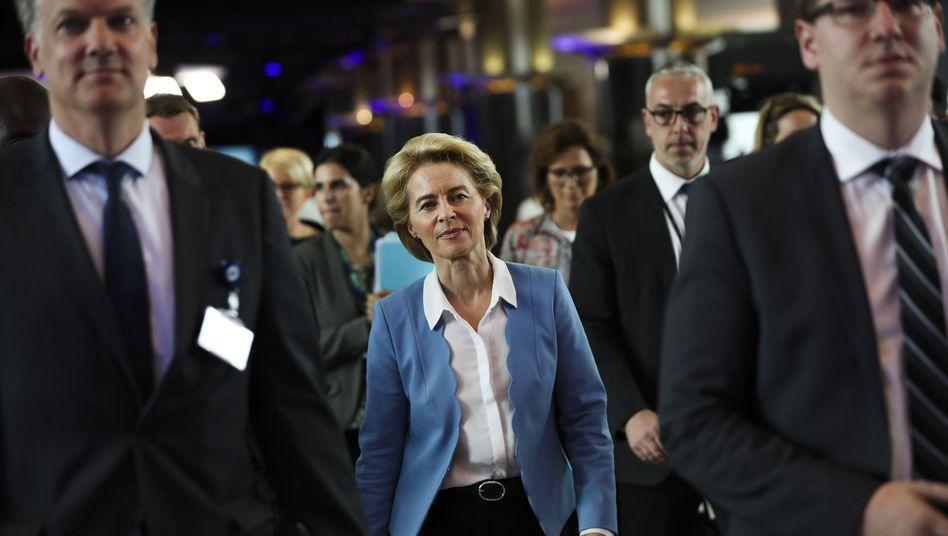 Ursula von der Leyen auf dem Weg ins EU-Parlament: Schwerer Stand bei Abgeordneten