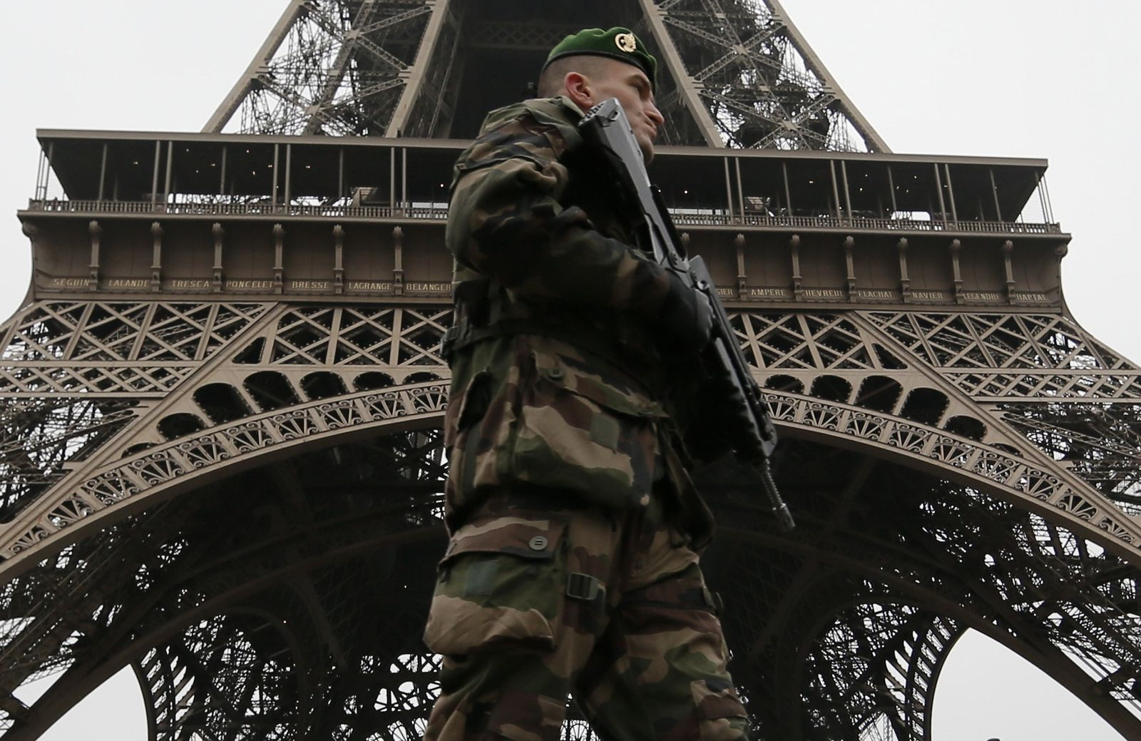 frankreich eifelturm soldat