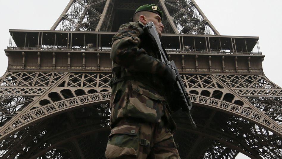 Soldat vor dem Eiffelturm: Kampf mit neuer Qualität