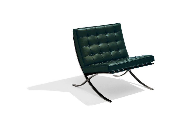 """Barcelona Sessel als Sonderedition """"100 Jahre Bauhaus"""", mit schwarz abgetönten Kufen und einem dunkelgrünen Lederbezug"""