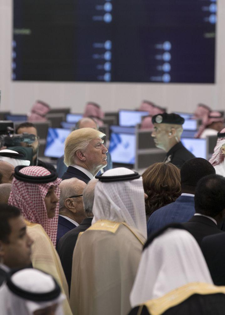 Reisender Trump in Riad: Er ist jetzt der Teleprompter-Mann, vom Manuskript weicht er nur selten ab