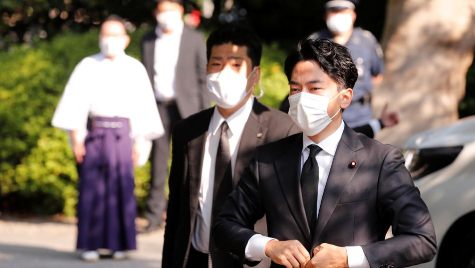 Japans Umweltminister Shinjiro Koizumi trifft am Yasukuni-Schrein ein