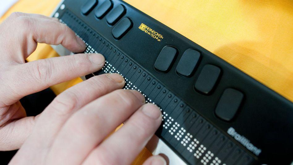 Beim Surfen hilft Blinden eine Braillezeile, die den Bildschirminhalt in Punktschrift anzeigt