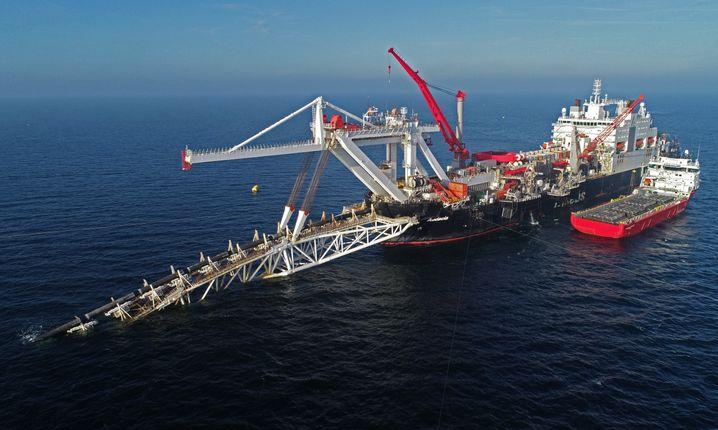 """Die """"Audacia"""" verlegt vor der Insel Rügen Rohre für die Pipeline Nord Stream 2 (im November 2018)"""