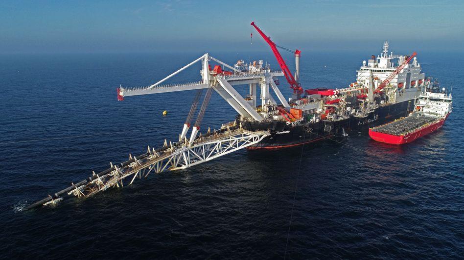 Verlegeschiff vor Rügen bei der Arbeit an der Gaspipeline Nord Stream 2 (Archivbild von 2018)