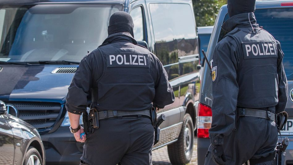 Polizisten bei Razzia (Archivbild)