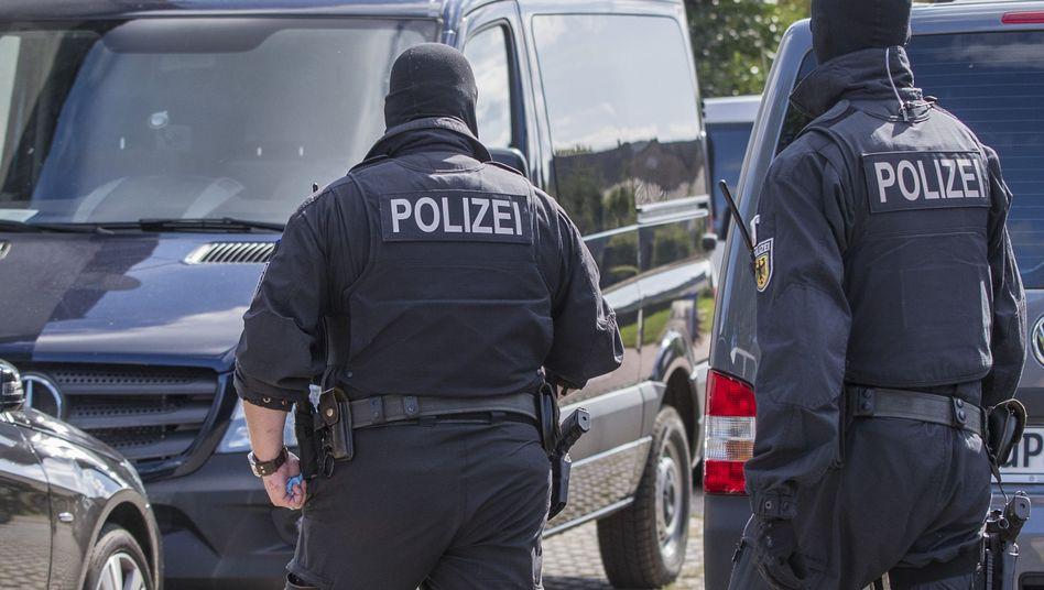 Polizisten einer Spezialeinheit durchsuchen im August 2017 ein Grundstück bei Schwerin