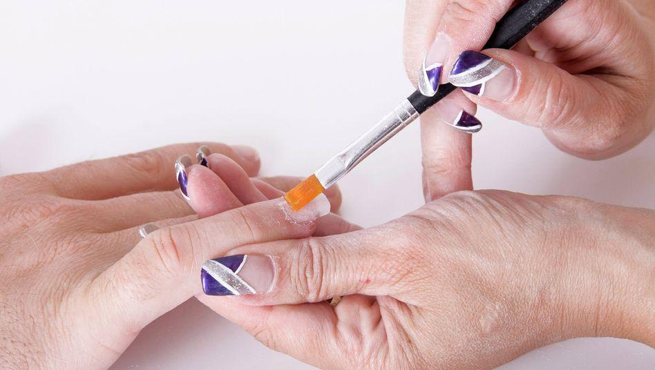 Gelnägel: Laut Robert Koch-Institut ist auf künstlichen Nägeln die Bakteriendichte höher