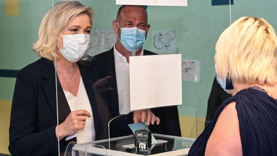 Marine Le Pen, Chefin der rechtsextremen Partei Rassemblement National (RN), gibt bei den Regionalwahlen ihre Stimme ab