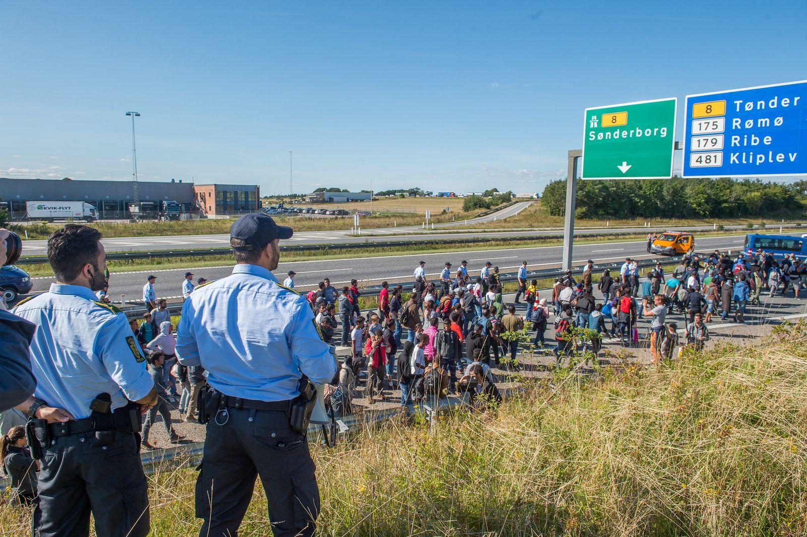 Flüchtlinge auf dänischer Autobahn