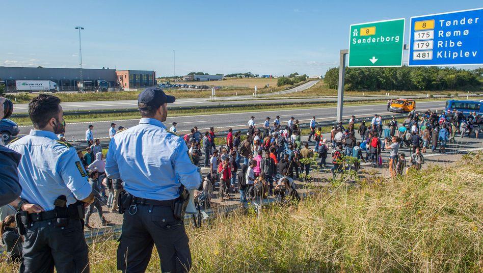 Flüchtlinge auf dänischer Autobahn im September 2015