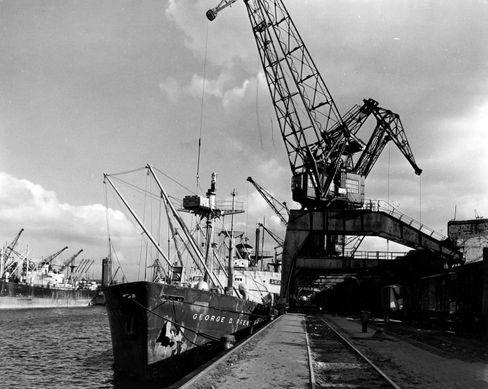 US-Transportschiff in Bremerhaven: Hilfe aus Übersee
