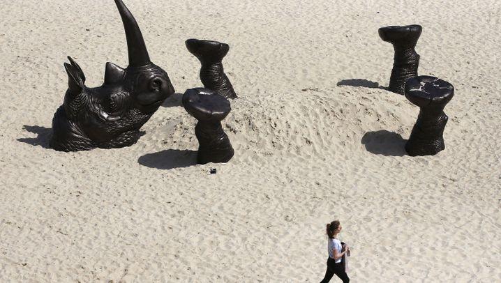 Kunstausstellung am Strand: Hoch die Hufe
