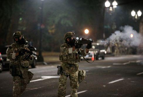 Hochgerüstete US-Bundestruppen in Portland