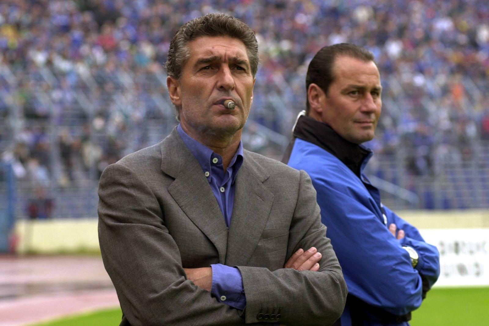 Manager Rudi Assauer li dreht Trainer Huub Stevens beide Schalke enttäuscht den Rücken zu